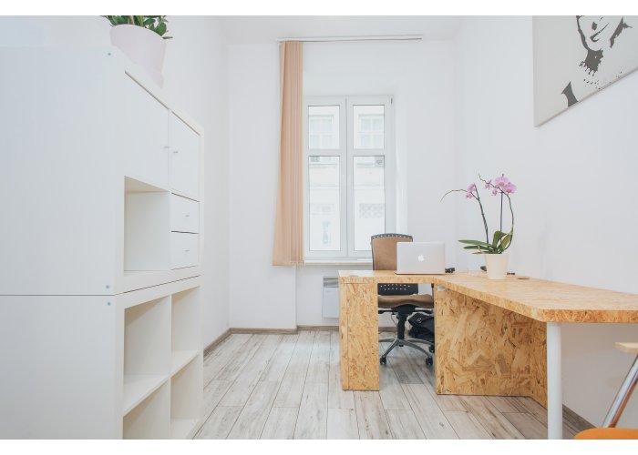 Wyposażone biuro dla 1 - 2 osób, recepcja